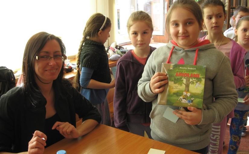 Monika Madejek na spotkaniu autorskim z dziećmi ze Szkoły Podstawowej w Bychawie